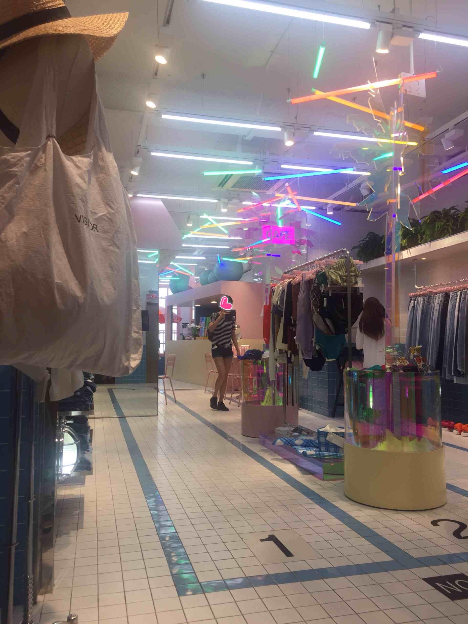 五樓POOL,是服裝和咖啡廳一起的。STYLENANDA一開始是在網路上賣衣服熱門起來,風格比較獨特,所以來這裡遇到喜歡的衣服就帶一件回家吧
