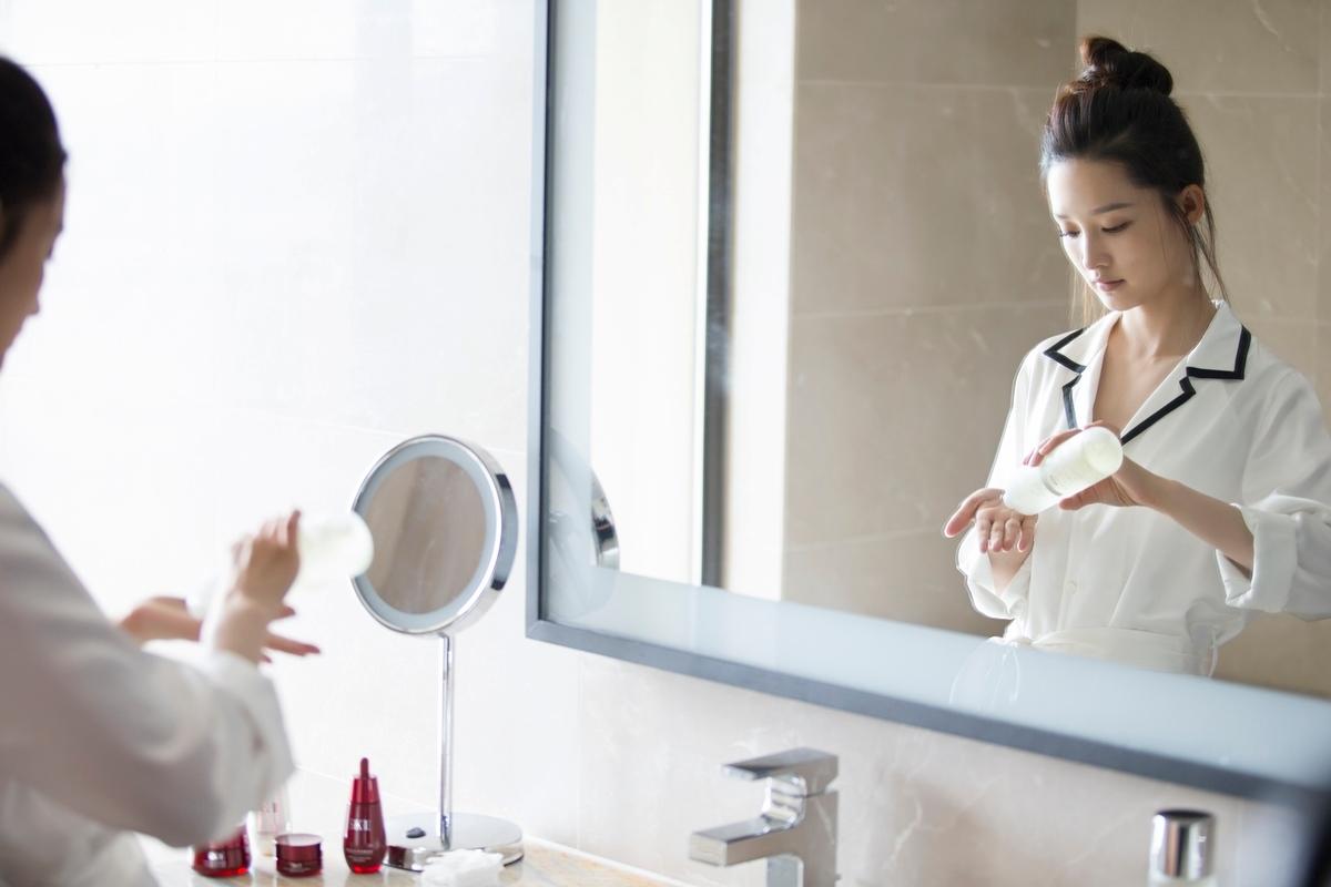 因為每日拍戲熬夜,肌膚容易暗沉、無光,為了在鏡頭前呈現最好的狀態,李沁使用SK-II青春露,幫助肌膚代謝、調理膚況,讓肌膚回歸於健康狀態,更能夠幫肌膚深層補水、保濕、由肌底提升光澤。再加上長期作息顛倒的關係,難免會有上妝不均、保養品無法吸收等問題,所以李沁不僅在夜晚保養的時候使用青春露,也會在上妝前濕敷青春露讓妝容更服貼,肌膚看起來更透亮!