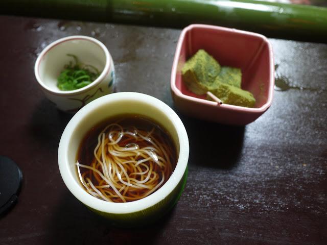 許多人都會問小編最推薦什麼時候來貴船?如果你是第一次來貴船,會建議大家可以選在夏季時來,因為夏季的貴船會有川床料理與流水麵,潺潺的流水聲配上流水麵,超級消暑!日本人也常常會選在夏季的時候前往貴船避暑喔(如果你跟小編一樣怕熱,就會超級推薦來這裡)!