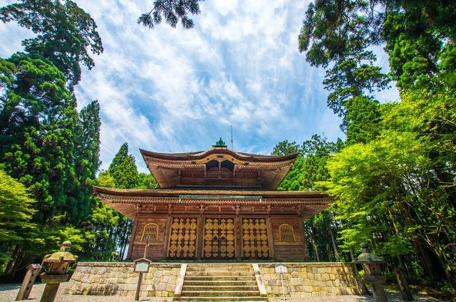 7. 比叡山廷曆寺、琵琶湖  比叡山一直是日本佛教的聖地,給人一種沈穩又幽靜的氣質,其中又以廷曆寺最為人所知,周遭被樹林所圍繞,更塑造一種神聖不可侵犯的莊嚴之感,廷曆寺主要有橫川、東塔、西塔,並以東塔為中心,最多寺廟坐落在這,如果沒有時間逛完全部,就會建議可以只走東塔。