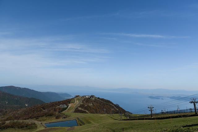 逛完比叡山的廷曆寺後,可以搭上坂本纜車,此為日本最長纜車線路,全長2,025公尺,從山腳至延曆寺站用時11分鐘,透過歐式風格車身的大窗戶,可一覽琵琶湖風光,據說來過比叡山之後的人,就會無法忘記這裡的美景,又會默默地排入下一次的旅途行程中。