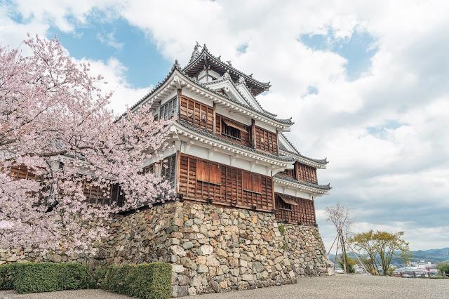 9. 福知山城  許多人總以為京都只有清水寺、稲荷大社、金閣寺這些必訪景點,但位在京都近郊的福知山城真的也很值得走訪!不但可以走進城堡裡參觀日本的古代盔甲,還可以爬上城堡的最頂端一覽福知山市的樣貌,幸運的話也可以遇到館長穿著盔甲裝扮一起拍照喔~