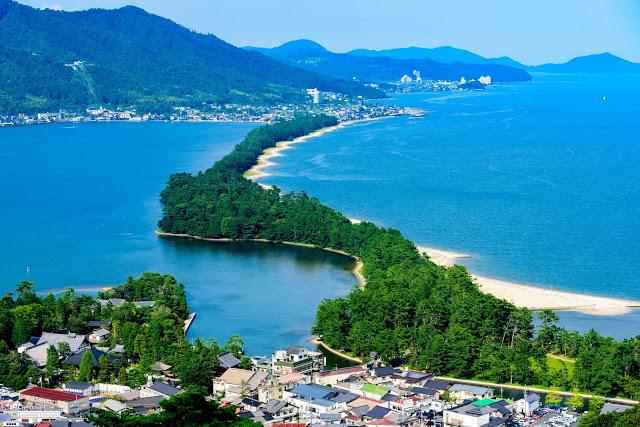 10. 天橋立  天橋立的來頭可不小,它可是與廣島-嚴島神社、宮城-松島並稱為『日本三景』,還可以搭乘復古味濃厚的丹後鐵道的青松號前往天橋立(小編朋友搭過後強烈建議一定要去搭一次啊~~)當然除了極具特色的列車之外,還可以搭乘纜車上到傘松公園(纜車的特別之處在於車體是斜的~),傘松公園可以看到天橋立沙洲的全景,十分推薦!