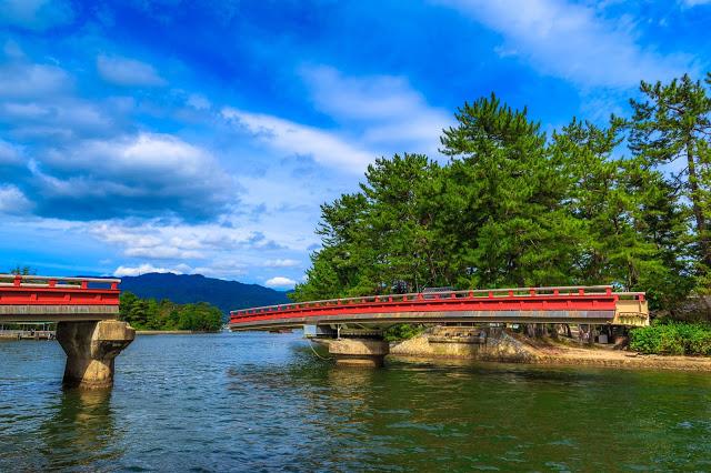 另外,在天橋立的山下,還有必訪的景點『迴旋橋』,之所以有這個名稱,是因為這個橋身會旋轉!不過橋身的旋轉是不定時的,所以想要碰到這種奇特的景色,還是要靠運氣啊!