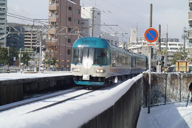 番外:丹後鐵道  丹後半島是京都府最大的半島,以絕美海岸線著稱,距離京都大約兩個半小時的車程,近年來漸漸吸引想來京都近郊小旅行的遊客,但因此區的JR列車較少,丹後鐵道便成為旅人們往返丹後半島最常使用的交通工具。  上述提過的福知山、天橋立,其實都位在丹後鐵道的站點上,而丹後所推的觀光列車,更是吸引許多鐵道迷探訪,丹後觀光列車主要分為三種:黑松號、赤松號、青松號。