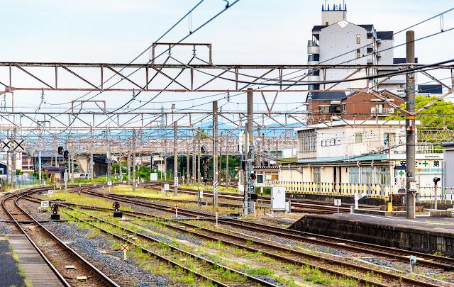 #JR特急—Thunderbird  雷鳥號列車為JR西日本的特別急行列車(特急),從大阪或京都出發都可以抵達金澤。  ▶︎ 小編提醒:JR PASS的北陸拱型周遊券是適用此特急列車的唷!
