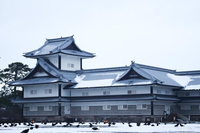 四、金澤必去景點  1.金澤城公園(金沢城公園)  金澤城曾是加賀藩主前田氏的居城,也曾經歷不斷火災和重建的迴圈當中,在1995年以前為金澤大學使用,現在開放成公園,為日本百名城之一。而在這當中的菱櫓、五十間長屋、橋爪門続櫓採用日本傳統建築技巧,沒有使用任何一根釘子或螺絲,卻非常耐震,可以感受到前人智慧的奧妙!
