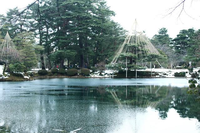 2.兼六園  就在金澤城附近的兼六園是金澤的超級必訪景點(重要程度五顆星!),它可是日本有名的三大名園之一!「兼六」為兼具六勝之意,並且四季都各有風情,賞櫻、賞楓、雪景都非常美麗,尤其冬季時四處可以看到雪吊(雪季之前都會在樹幹旁豎立柱子以保護樹枝不會因為積雪而折斷)的兼六園十分出名。