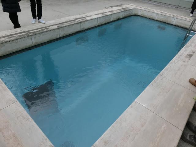 館內其中有個藝術作品,想必許多人都知道,那就是是藝術家林德羅.厄利什的作品《泳池》(The Swimming Pool)!利用美術館的天窗加上一層水,並加上假的泳池扶手,從上面來看就像真的泳池,而遊客依然能在底下的展室走動,上下觀看的不同形成了有趣的效果。