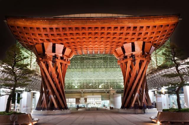 4.金澤車站  金澤車站曾榮獲美國著名旅遊雜誌所評選「世界最美的車站」之一,最吸引人的就是位於東口的鼓門,外觀以兩個金澤的傳統樂器小鼓做設計。另外,像一把巨傘的車站玻璃屋頂,不只美觀還兼具集水功能,匯集的雨水會儲存在車站地下室的池子,以拿來澆花或循環到景觀噴水池,是座極為環保的綠色建築。  金澤車站隔壁的RINTO和附近的FORUS百貨也超級好逛的,小編完全在那荷包大失血啊!