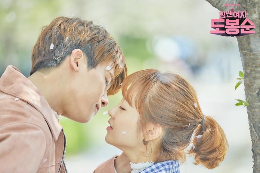 喜歡看韓劇的粉絲們應該都知道2017上半年最紅的《大力女子都奉順》吧,只要看過的人一定都會被可愛的狗狗CP圈粉,戲結束之後還是有大批粉絲表示希望兩人能夠假戲真做啦(笑XD)