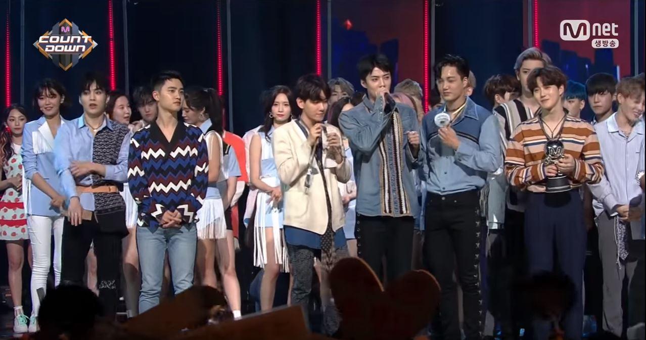 而不只少女時代和EXO,師姐弟之間互動自然成為大眾焦點,雖然兩團在舞台上沒有太多的互動,但孝淵在IG上提到師弟EXO有來待機室探班問候,再度驗證了SM的家族愛