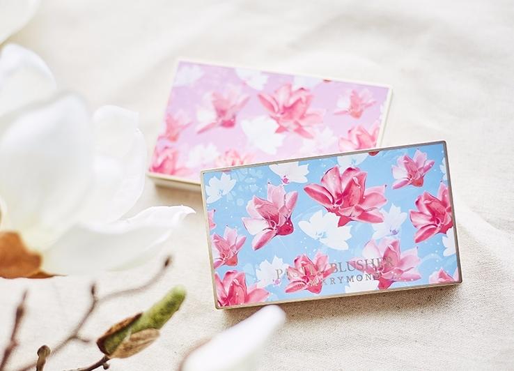 這一款木蘭花3色腮紅盤單看包裝真的很美,價格也不貴,官網售價為韓幣$15,000,台幣約$395,一盤三色,衝著那麼美的包裝,好像說什麼也要買下去啊!