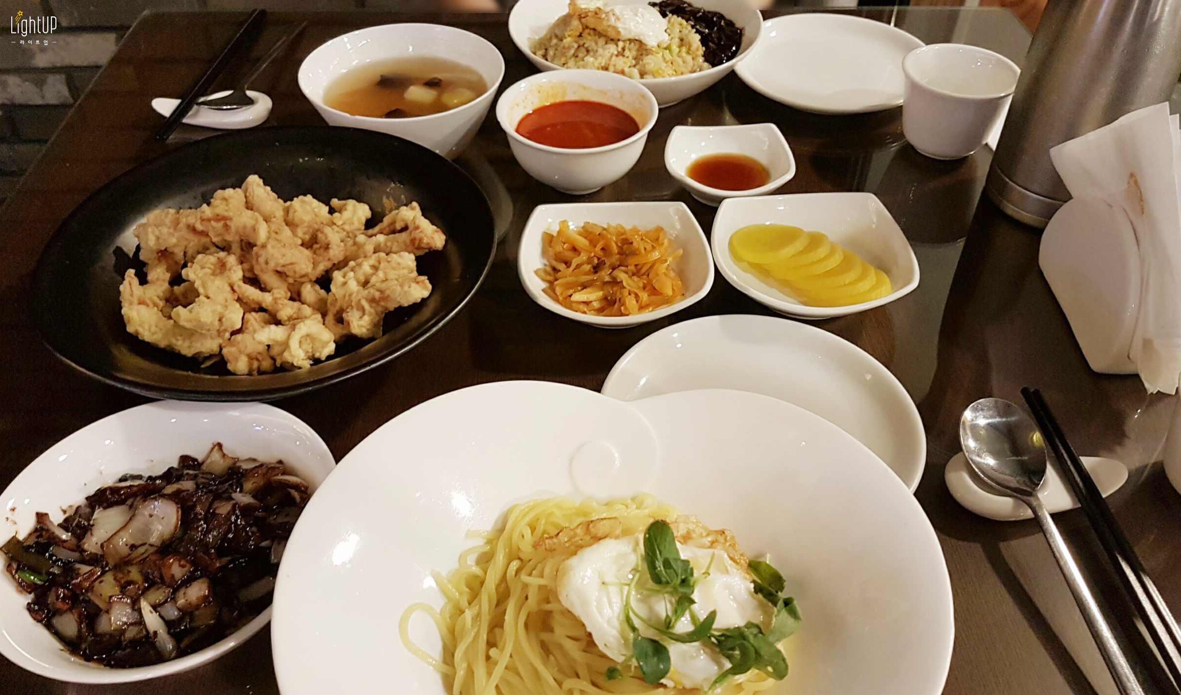 加上小菜後,整桌滿滿的菜色 絕對可以吃得很飽的~~  來韓國就是要試試炸醬麵,如果跟隨自已偶像的腳步,吃一樣的東西,是不是會更有味道呢?  小知識: 韓國人在搬家的時候都會吃炸醬麵喔. 因為搬家很累,沒有體力再煮飯,叫炸醬麵是最快又方便的 ~~