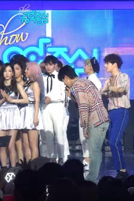 而且光從EXO在音樂節目還會特別去找師姐少女時代問候,就看得出來即使很熟了,兩團之間的互動依舊重視韓國樂壇的禮節。在活動的最後一句奪獎的EXO在得獎時,伯賢甚至不忘向少女時代成員在的地方鞠躬道謝