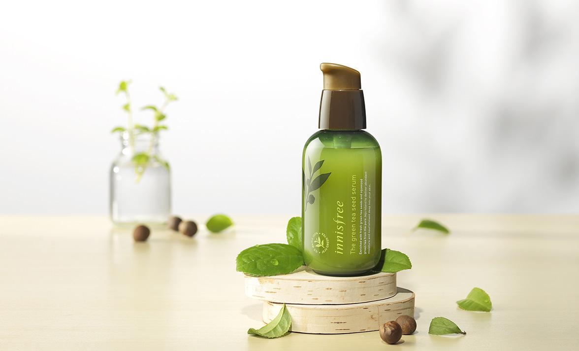 推薦:innisfree的綠茶系列就是非常赫赫有名的明星商品!這系列的每樣產品都含有大量的綠茶萃取液,這瓶菁華液甚至含有高達75.9%!等於一半以上都是綠茶萃取出來的精華!平時的痘痘預防以及鎮靜肌膚都非常推薦使用含有綠茶的產品!