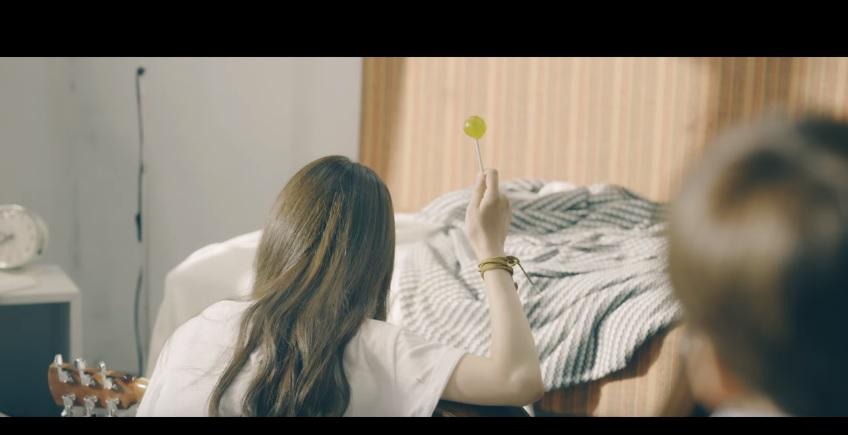 小編覺得女主角舉起棒棒糖的這幕 超帥氣啊!!!