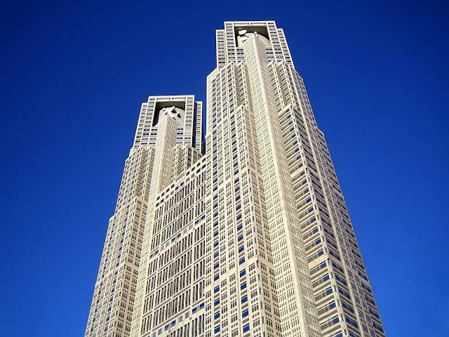 #東京無料夜景  1. 東京都廳展望室(東京都庁展望室)  說到免費的東京夜景觀賞點,想必許多人第一個想到的就是東京都廳展望室吧!位在繁華的新宿地帶,交通方便,晚上逛完街便可以直接到這裡欣賞夜晚的東京。展望室分成南北兩處,南展望台可以看到東京鐵塔,而北展望台可以看見晴空塔,因此,若是東京雙塔的夜景都想看的話,小編大大推薦這裡唷!