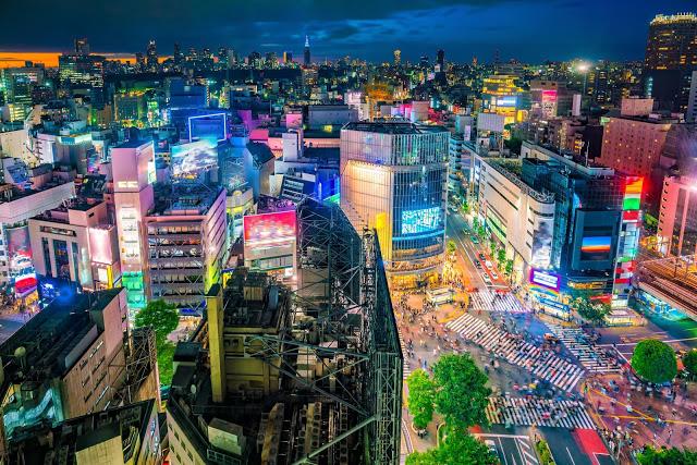 3. 澀谷Hikarie(渋谷ヒカリエスカイロビー)  大型購物中心澀谷Hikarie位於澀谷車站的精華地段,從11樓往下處看可以欣賞到不一樣的角度的澀谷,一棟一棟的霓虹建築物再加上來來往往的人群和車輛,讓人大大感受到東京的熱鬧繁華!