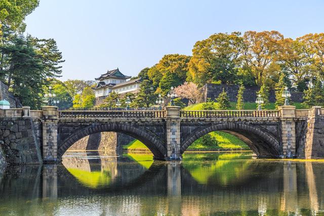 #東京無料景點  1.皇居  皇居,簡單來說就是日本天皇居住的地方。由於皇居平常是不開放的,因此需要提前申請才能參觀。申請方式有網路申請和現場排隊兩種。小編建議網路申請要提前一個月前申請喲,名額超容易被搶完,而現場排隊必須提前去抽整理券,抽券時間分別為早上8:30和中午12:00,想一探究竟天皇的居所可千萬別錯過啊!