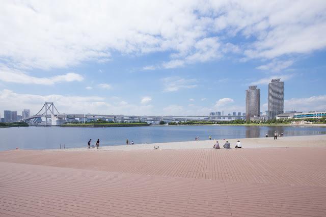 6. 御台場海濱公園(お台場海浜公園)  台場海濱公園位於第三台場,這個公園是藉由填海而形成的人造陸地,環抱著寧靜的海灣。近年很受年輕人歡迎,不只有大型商場可以逛,還是多部日劇的拍攝景點。其中著名的景點包括彩虹大橋、自由女神像、富士電視台等。