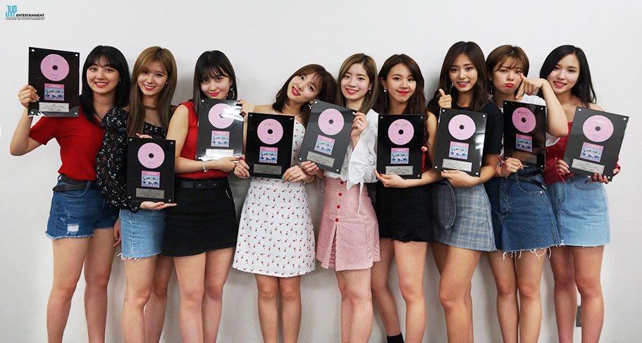 TWICE不只在韓國的銷售成績非常好之外,宣布進軍日本後所發行的出道專輯也突破25萬張了!也讓人再次見識到TWICE在日本的高人氣!!!