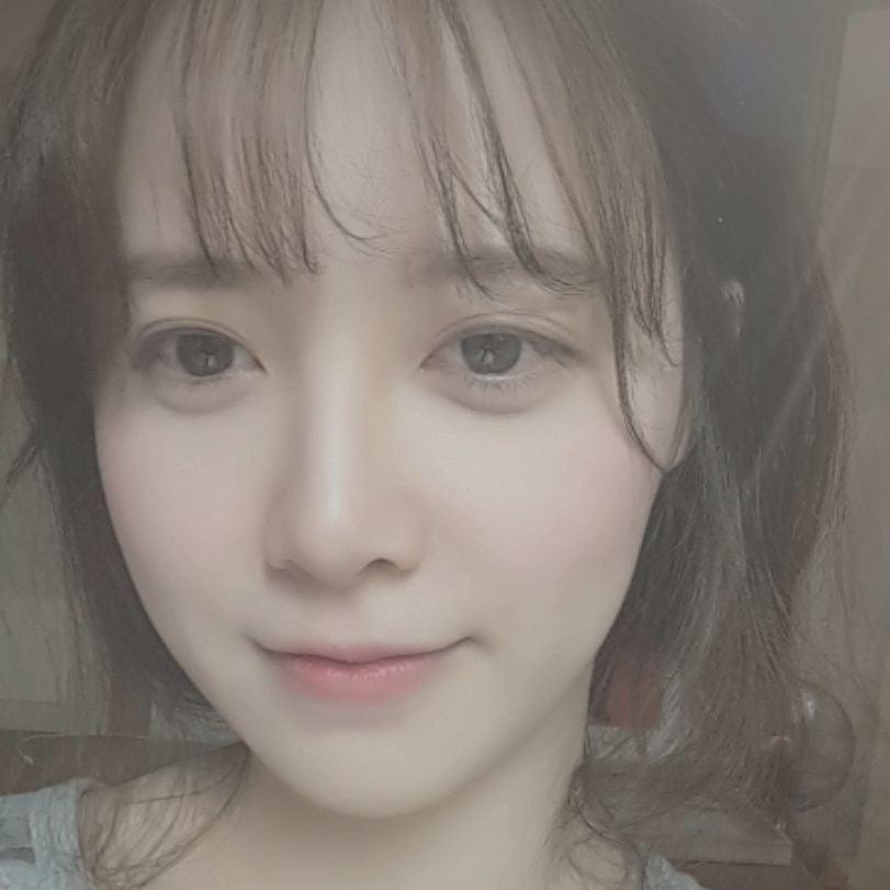 具惠善可以說是韓國以「皮膚」無瑕而出名的代表美女,先前小新郎安宰賢還曾經在IG上傳具大人的照片,還被笑稱說是半夜放閃秀老婆,白淨透亮的皮膚連女生都羨慕阿~~