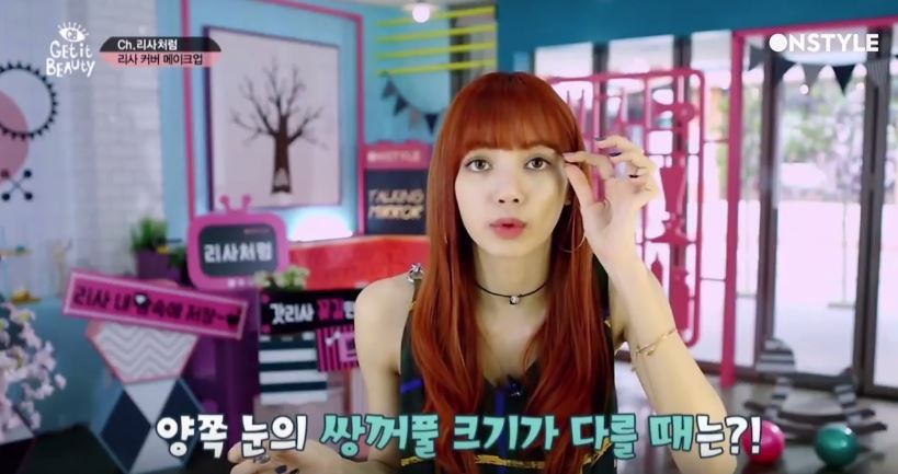 LISA非常用心在上節目前還先看了Youtube 的教學影片! 還特地從泰國訂來彩妝品,LISA拿到包裹時超激動(萌翻)