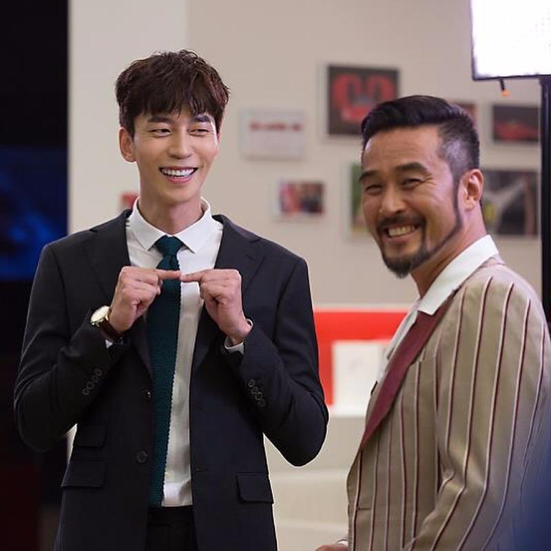 ✿TOP 7 - MBC《死而復生的男人》 話題佔有率:6.30%  ➔上升4個名次 ※由崔民秀、強藝元、申成祿、李昭娟主演,此劇講述生活富裕的王國伯爵為找尋女兒來到韓國後發生的故事。粉絲們如果常看韓國綜藝或戲劇的話,肯定對崔民秀( Running Man獵人 )、申成祿(《來自星星的你》反派)兩位男主角不陌生吧,而這次兩人突破形象挑戰喜劇!