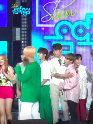 而近期剛好被拍到在舞台上擁抱的KNK承俊和Wanna One成雲也登上韓國媒體的話題,原因就是190的承俊配上168的成雲身高差實在是太萌啦XD也讓不少粉絲笑稱「原來自己跟承俊的身高差大概是這種感覺」