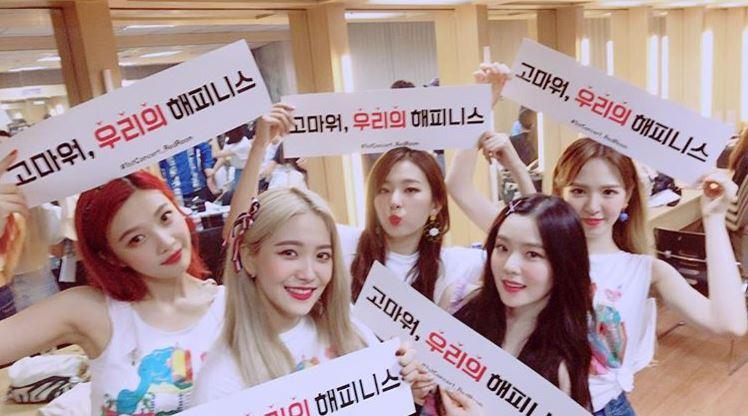 就像Red Velvet的音源是走「長紅路線」一樣,Red Velvet的人氣似乎也是要出道一段時間,才能讓大家發現她們真正的魅力。雖然Red Velvet剛出道時,因為成員都染一樣的「撞色頭」,被說讓大家「臉盲」只能靠髮色認人,甚至連出道曲《Happiness》從MV到音樂風格都反應兩極