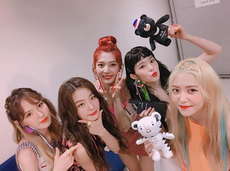 不過幸好在SM回神之後一切惡評都成為過去式,Red Velvet在近兩年不僅和師姐太妍一起成為SM家的音源代表。今年活動滿滿的她們更在上個週末舉辦她們的首場個唱,甚至因為票賣得太好而加場,就知道她們現在的人氣