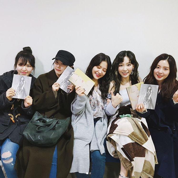而且Red Velvet 5位成員都是少女時代的狂飯,太妍solo發片時,Red Velvet甚至起了個大早,超有誠意的趕去凌晨預錄的《人氣歌謠》就是為了替師姐打氣,這回換少女時代的成員特別抽空為Red Velvet的演唱會加油,只能說Red Velvet真的是史上最成功的小粉絲