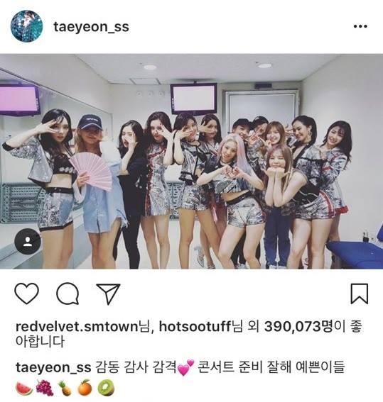 而且不只太妍到場為師妹加油讓貝貝粉絲驚喜之餘也覺得感動,太妍是真的很了解Red Velvet這點從她的 IG發文上也看得出來,因為上回少時回歸時,Red Velvet當然不可少的去師姐的休息室拜訪,太妍在留下照片紀念之餘還正確的打出了Red Velvet成員在《Red Flavor》裡頭各自扮演的水果角色