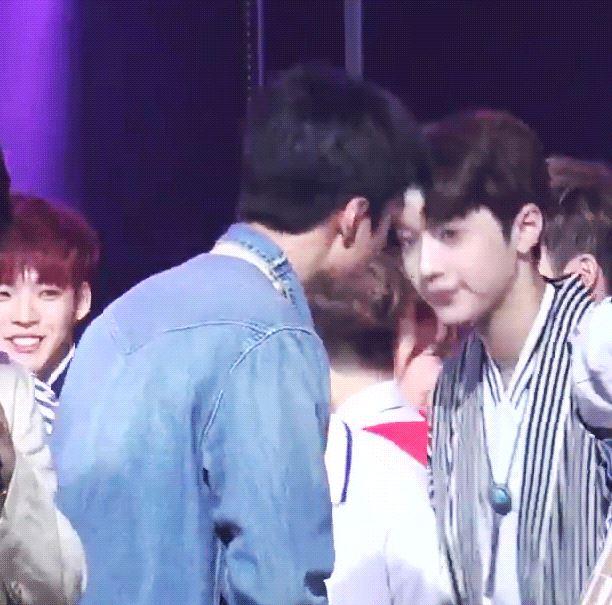不僅如此他還在簽名會說過他喜歡EXO的世勳 上次音樂節目一位安可時 還和世勳對到眼鞠躬... 真的是最成功的粉絲啊!!!