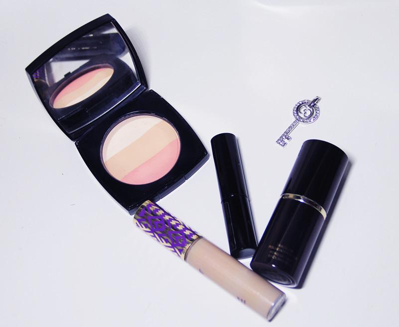Tip3呢就是在防曬隔離後,粉底前用比自己膚色稍亮的遮瑕,塗抹在額頭,鼻樑,兩頰以及下巴處,也就是平時的打亮位置。這樣再上粉底皮膚會更透亮呢