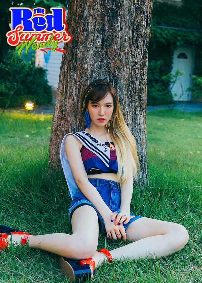 而近日Red Velvet的成員Wendy在廣播節目上,也提到了自己的爸爸~ 當被問到自己的理想型時,Wendy表示:「像我爸爸一樣的人」 並表示自己的爸爸也長得相當像一位明星...