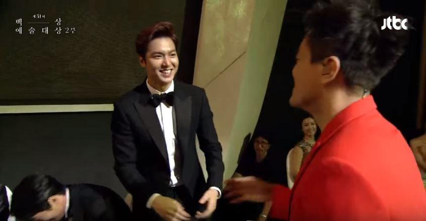 李敏鎬雖然害羞之餘,還是非常有禮貌又誠懇的握住了JYP的手,也讓大家笑說李敏鎬的個性真的很好。
