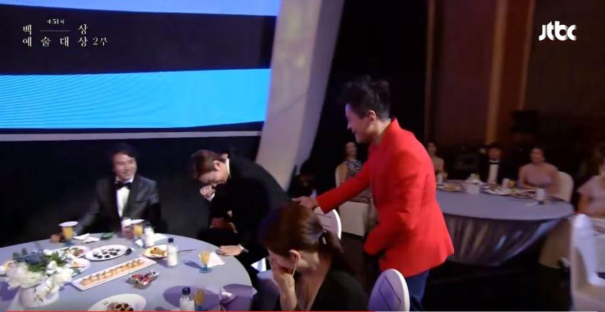 身為JYP也「認證」的合格人選,先前頒獎典禮上秀智家的社長JYP唱歌唱到一半,不斷切掉音樂特別繞過去和李敏鎬握手,還笑著說「請你多多照顧了」的場面不只笑翻在場大明星