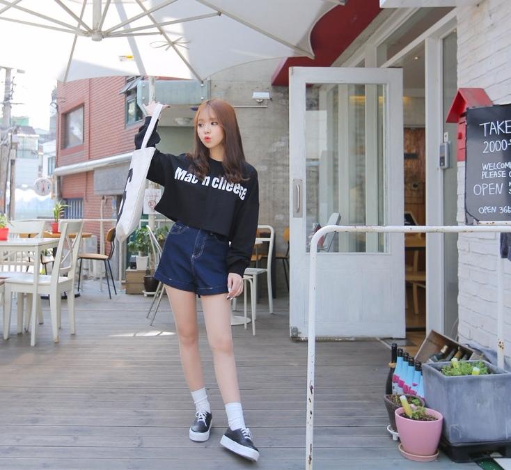 另外,有在買韓國網拍的都知道,通常下身單品(例如褲子、裙子)都會比較貴,但是少女娜拉的下半身(?)也一樣是走平價路線啊!像是這件看起來就超顯瘦的牛仔短褲,原價是NT$420,但打完折只要NT$215啊!!!!!