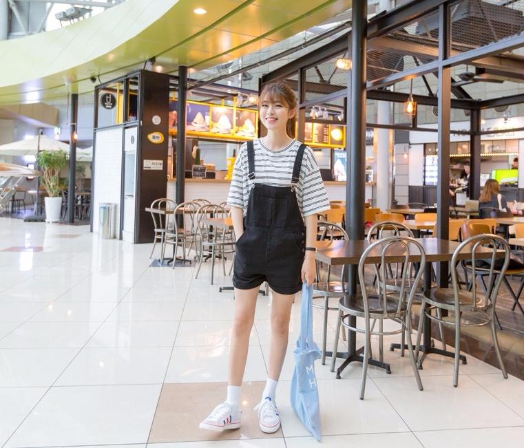 一穿上就滿滿的率性感,很多女孩愛穿的吊帶褲也是原價NT$594,打完折只要NT$445,價差將近NT$150,也太多了吧!
