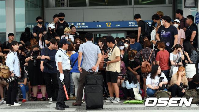 像是19日Wanna One第一次受邀KCON LA舞台,而為了捕捉偶像的身影,大批粉絲擠在仁川機場的出入口處,而人數多到整個卡在馬路上,讓一般旅客進退兩難,也造成交通堵塞..