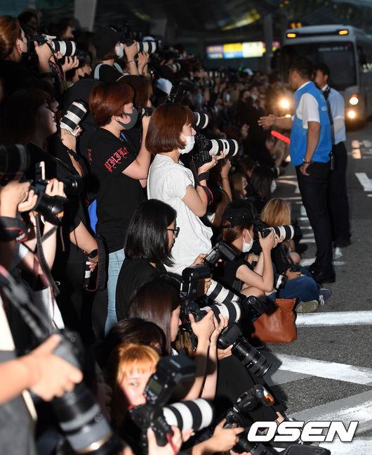 而為了維護粉絲及偶像的安全,仁川機場立刻聯絡了YMC經紀公司,希望Wanna One能走快速通道,以免發生危險... 幸好最後成員們都安全入關,只是這樣的狀況絕對不可能只會發生一次啊...