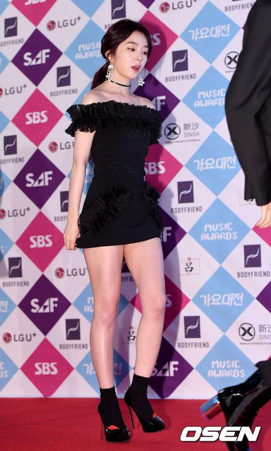 大家還記以前Red Velvet還沒換造型師前的衣服好看是好看,但卻都短到不行,不僅Irene走上樓梯時要小心翼翼的壓著,以防走光...