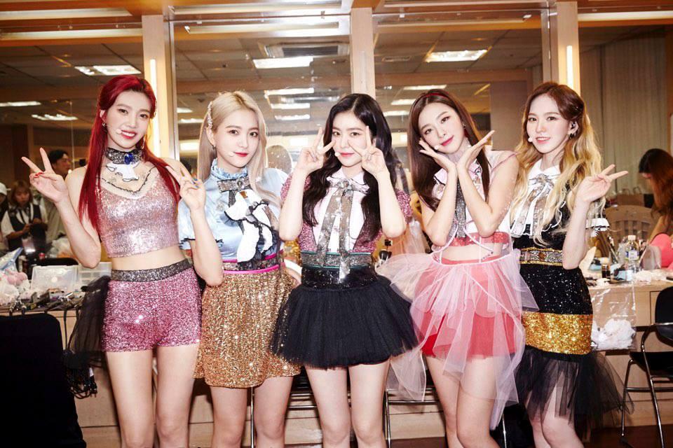 Red Velvet自從換造型師後,以看到這次貝貝終於穿到漂亮的舞台服裝,真的讓許多粉絲都感到相當感動!漂亮的Red Velvet成員再加上合適的服裝,美貌度簡直是100萬分啊~