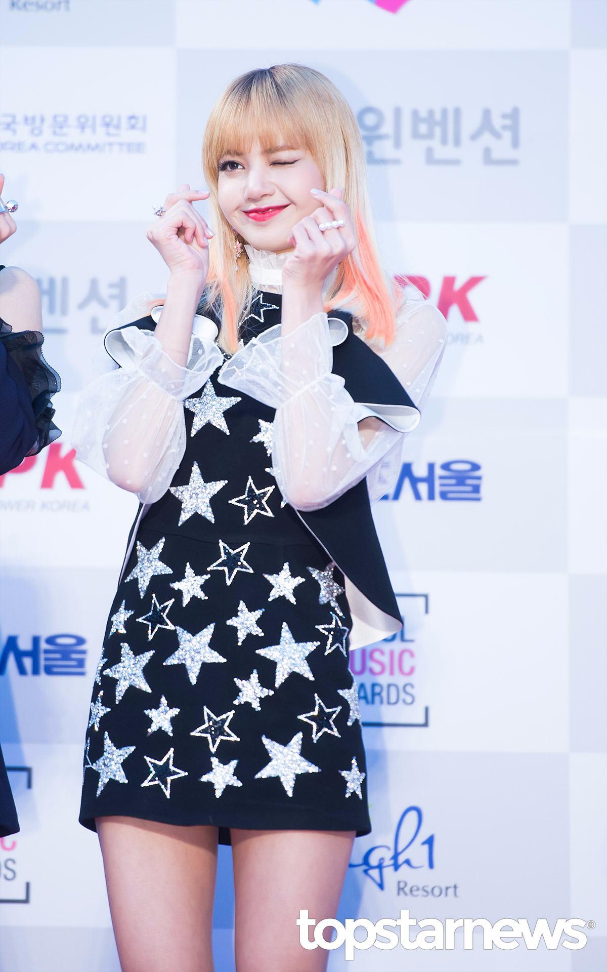 BLACKPINK參加8月27日A-NATION時,成員Lisa的舞台服裝更被粉絲直呼「太誇張」