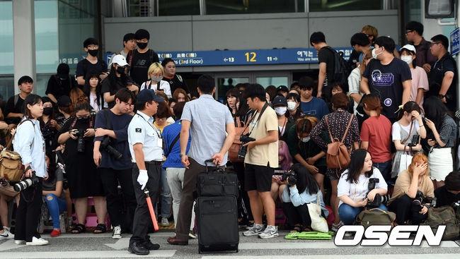 BTOB、TWICE等等也都曾在機場被粉絲推擠的事件 WANNA ONE成員更是在任何地方,上班路、機場等等 都會被粉絲推擠