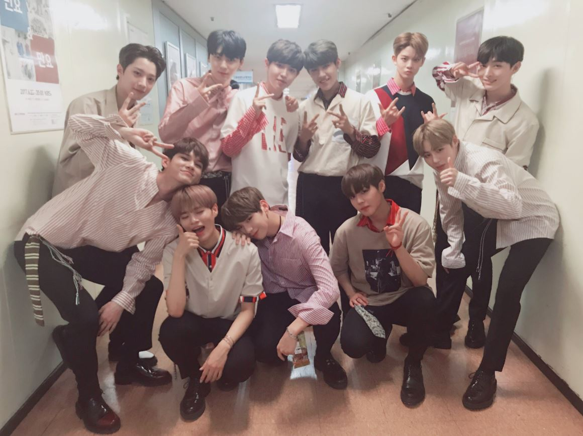 """韓國KBS電視台出產的音樂排行直播節目「音樂銀行Music Bank」於每周五下午5點播出,但大約在早上7點過後偶像們就會陸續到電視台進行彩排及預錄的動作,而偶像們走的""""上班路""""就演變成娛樂記者們及粉絲們每周五都會去拍攝的地點了!"""