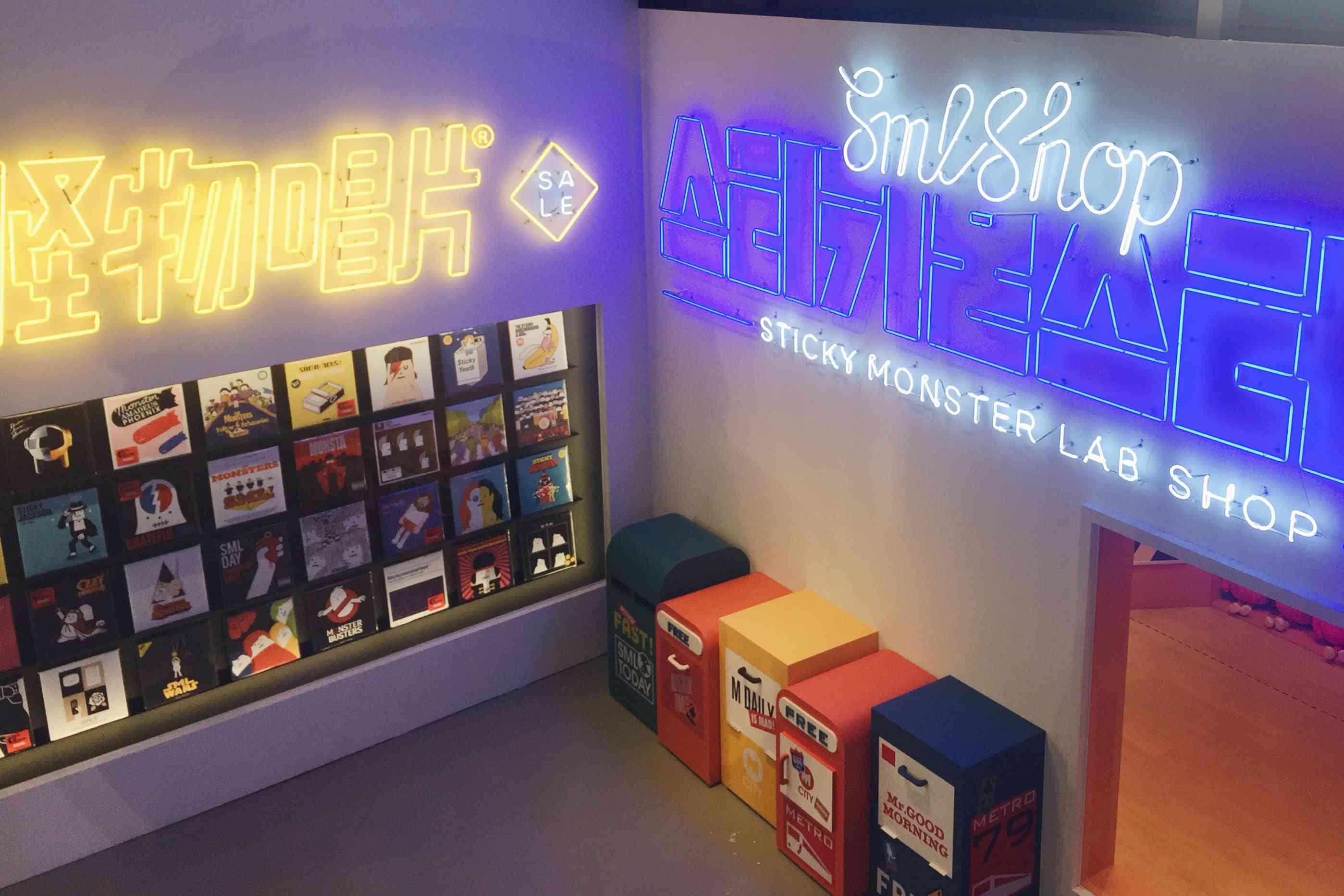 展場裡有超多霓虹燈招牌,超級時髦的啊~ 連路邊的假垃圾桶都好可愛(粉絲濾鏡)