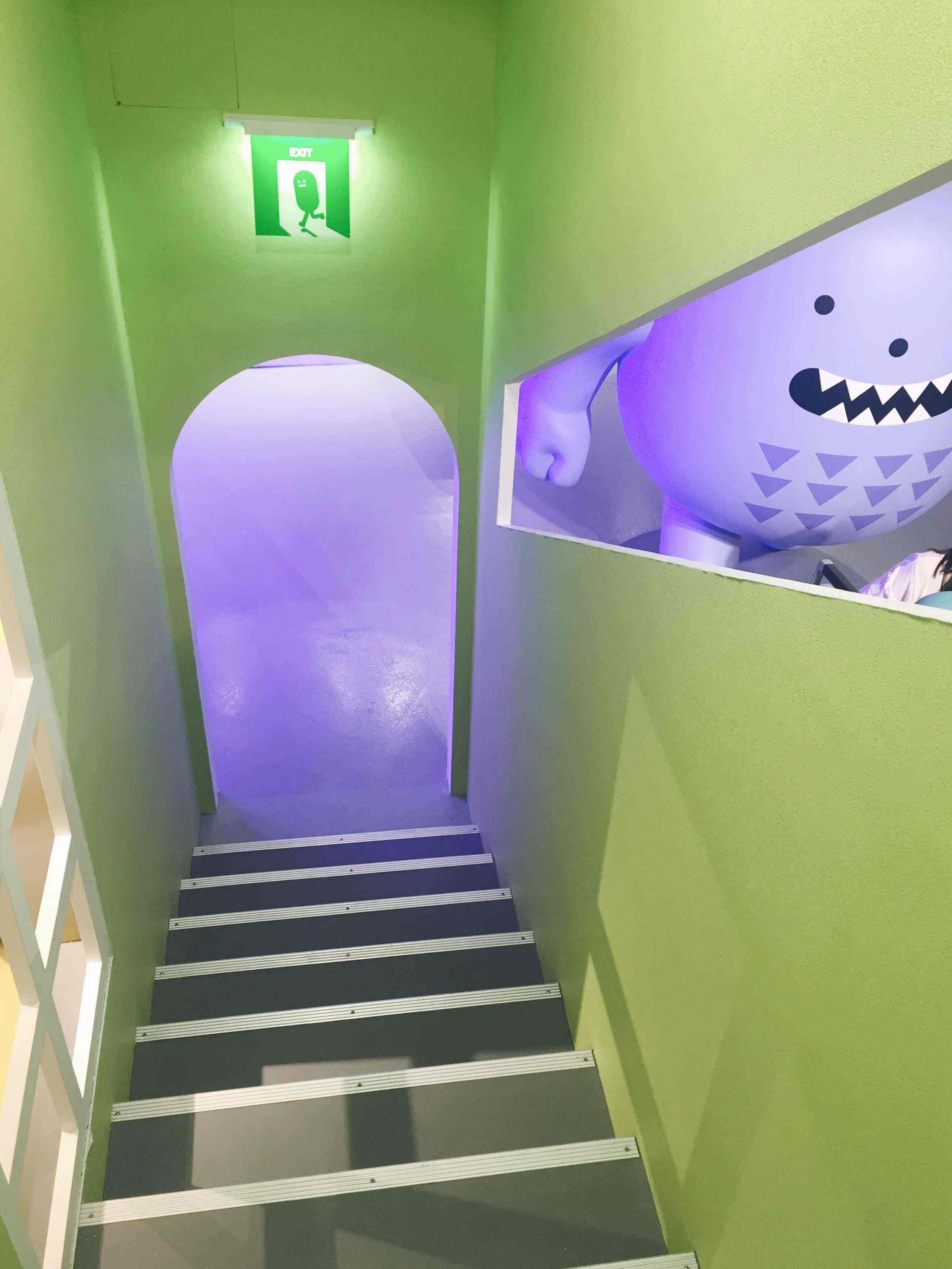 展場中除了平面,也有可以爬上去從高處眺望展場的階梯,連逃生出口的標示都是黏黏怪物XD